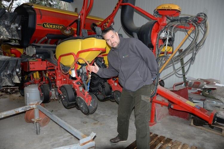 Az Agrova Kft. szakembere is segített felszerelni munkaeszközeinket a kijuttató egységgel